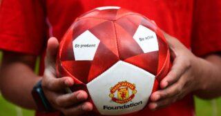 មូលនិធិ Manchester United គ្រោងចែកសៀវភៅ៥ពាន់ក្បាលនិងបាល់ជាច្រើនគ្រាប់ដល់កុមារ